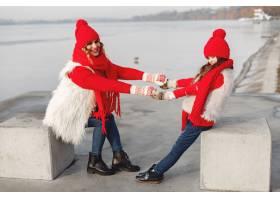 带着冬帽的母亲和孩子在家庭圣诞假期为妈_10884909