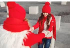 带着冬帽的母亲和孩子在家庭圣诞假期为妈_10884917