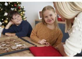 兴高采烈的一家人谈论刚刚做好的圣诞饼干_11727248