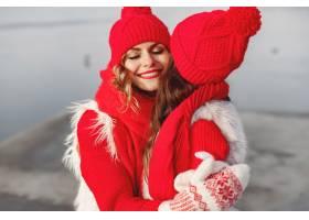 带着冬帽的母亲和孩子在家庭圣诞假期为妈_10884932
