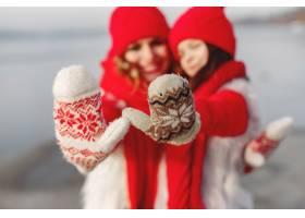 带着冬帽的母亲和孩子在家庭圣诞假期为妈_10884944