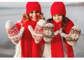带着冬帽的母亲和孩子在家庭圣诞假期为妈_10884962