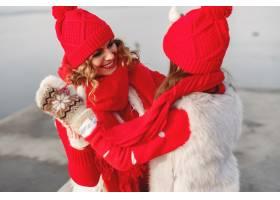带着冬帽的母亲和孩子在家庭圣诞假期为妈_10884970