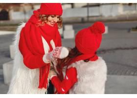 带着冬帽的母亲和孩子在家庭圣诞假期为妈_10885008