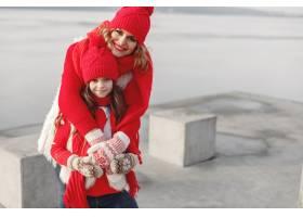 带着冬帽的母亲和孩子在家庭圣诞假期为妈_10885030