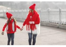 带着冬帽的母亲和孩子在家庭圣诞假期为妈_10885193