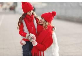 带着冬帽的母亲和孩子在家庭圣诞假期为妈_10885228