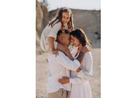 带着女儿的年轻家庭一起走出家门_10298384