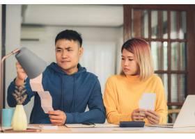 压力很大的一对年轻的亚洲夫妇在管理财务_3521666