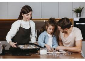 带着女儿的父母亲一家在家里一起做饭_11766034