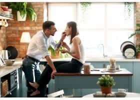 可爱的夫妇在家里共度时光_11015606