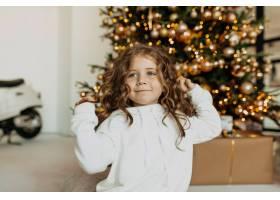 可爱有趣的小女孩穿着白色衣服在圣诞树前玩_11146245
