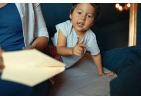可爱活泼的小男孩在卧室里玩耍用手指指着_11554454