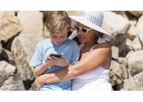 带着电话的中枪奶奶和孩子_10849645