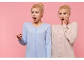 一对年轻漂亮的金发双胞胎惊讶地张着大大的_10787330