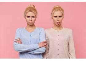 一对年轻漂亮的金发双胞胎愁眉不展心情不_10787309