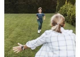 女人和孩子在户外玩耍_11233368