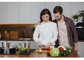 女人和男人在厨房做饭的前景_11765720