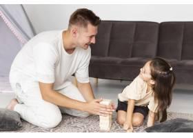 女儿和父亲之间的玩耍时间_10700497