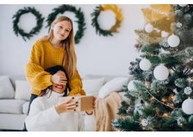 女儿在圣诞节给母亲做礼物惊喜_11980675