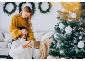 女儿在圣诞节给母亲做礼物惊喜_11980676