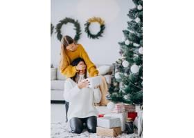 女儿在圣诞节给母亲做礼物惊喜_11980678