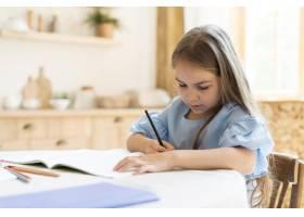 女儿在家做作业_10604706