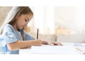 女儿在家做作业的侧观_10604691