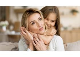 女儿在家里拥抱她的母亲_10604669