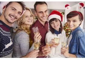 一群年轻人在圣诞庆典上_11818935