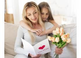女儿用一束郁金香和卡片给母亲带来惊喜_10604689