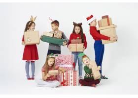 一群看圣诞礼物的孩子感到惊讶_11756571