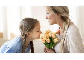 女儿送给母亲一束郁金香作为礼物_10604705