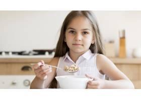 女孩早餐吃麦片的前景_10604650