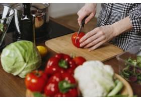 女性在厨房做饭的角度很高_11765722
