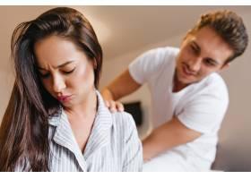 丈夫和她说话时穿睡衣的黑发女人低头看着_10786248