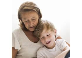 奶奶和孩子在一起的时间_10849626