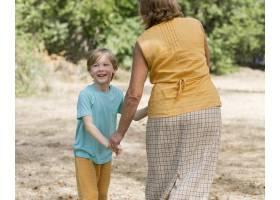 奶奶和孩子在户外手拉手_10849659