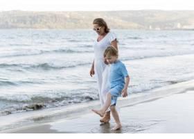 奶奶和孩子在海滩上散步_10849876