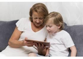 奶奶和孩子带着平板电脑_10849622