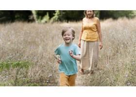 奶奶和孩子玩得开心_10849637