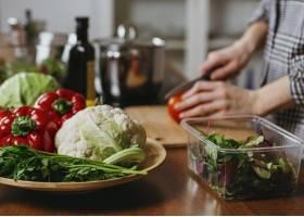 妇女在厨房做饭的侧观_11765713