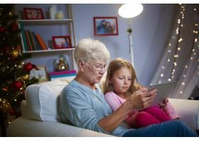 与祖母和科技共度圣诞时光_11727603