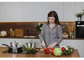 妇女在家中厨房做饭的前景_11765716