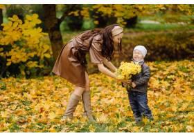妈妈和儿子一起在秋天的公园散步和玩耍_11029965