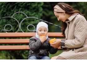 妈妈和儿子一起在秋天的公园散步和玩耍_11030026