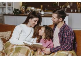 妈妈和爸爸在家里陪女儿看书_11766053