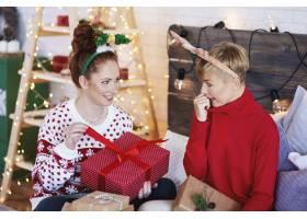 两个兴奋的女孩打开圣诞礼物_11755804