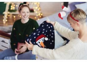 两个女孩打开圣诞礼物_11755816