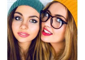 两个年轻漂亮女孩的肖像化着鲜艳的妆戴_10699176